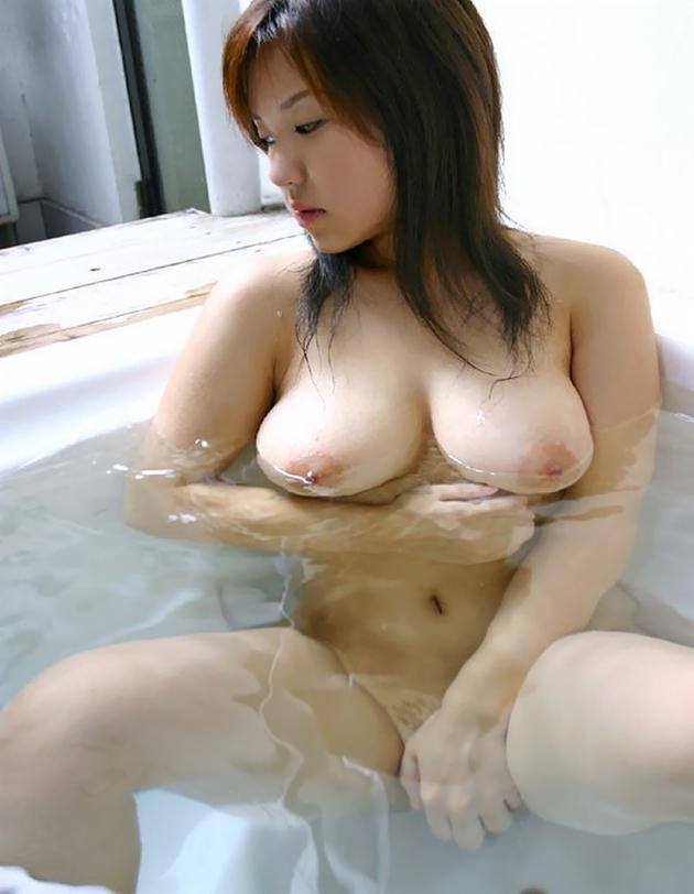 お風呂に入浴中のかわいい女の子 7