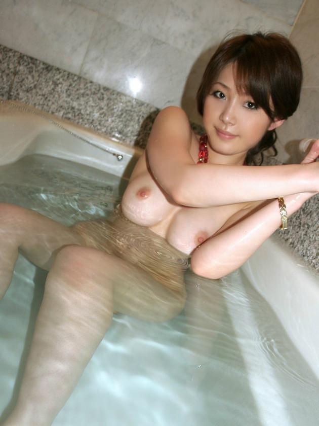 お風呂に入浴中のかわいい女の子 9