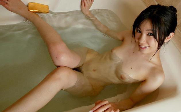 お風呂に入浴中のかわいい女の子 13