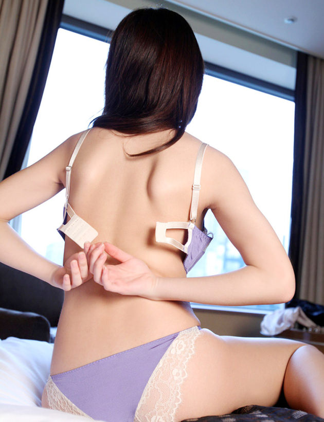 セックス前に脱衣する美女 12
