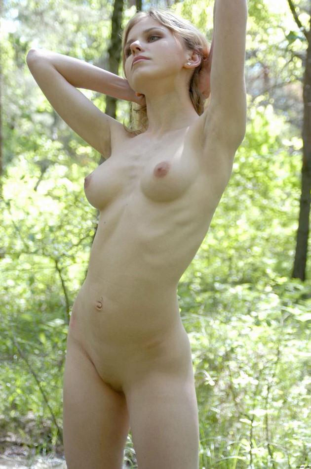 ブロンドヘアの若くて可愛い外国人の全裸 23