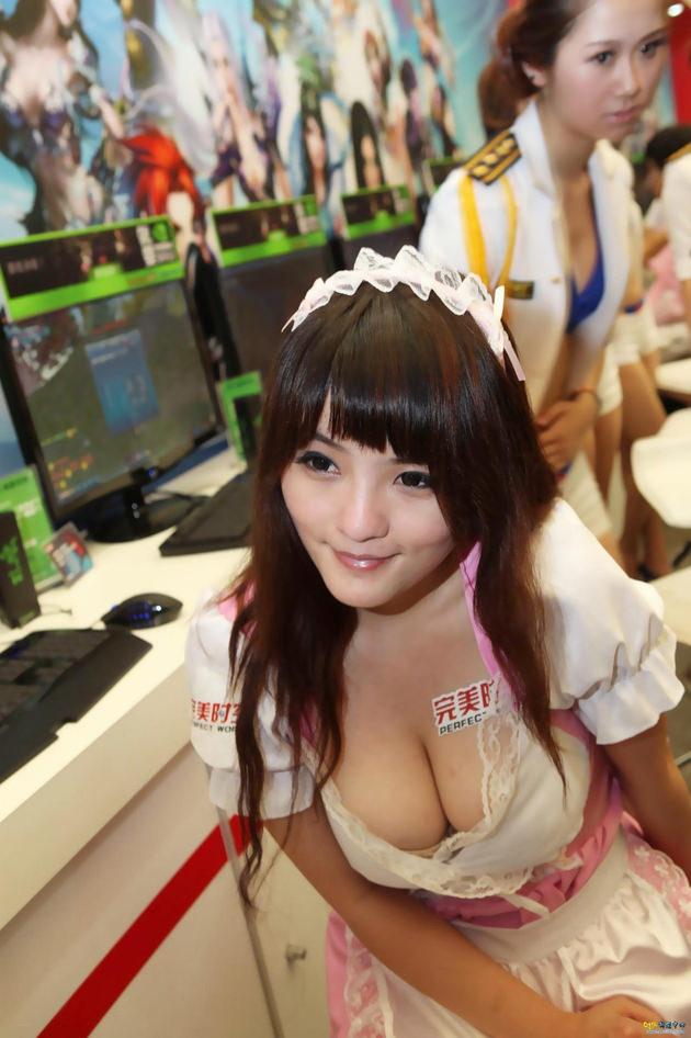 台湾美女のおっぱいの谷間 7
