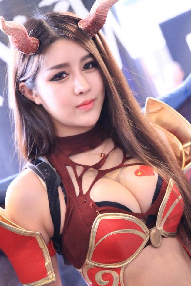 台湾美女のおっぱいの谷間 12
