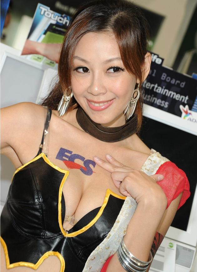 台湾美女のおっぱいの谷間 19