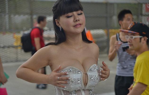 台湾美女のおっぱいの谷間 32