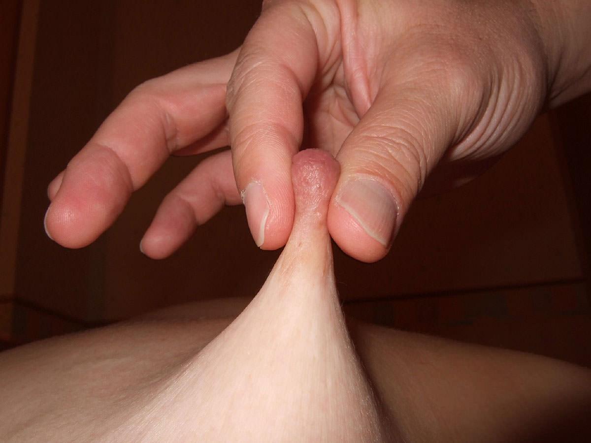 【乳首つまみ】指先でつままれコリコリに固くなる敏感乳首 画像39枚