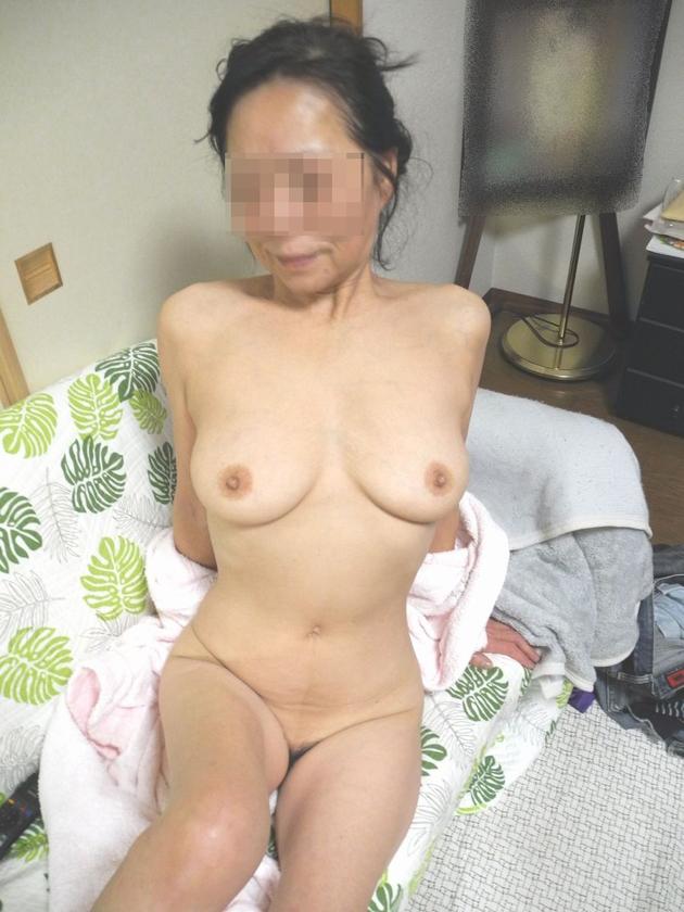 スレンダー熟女の全裸 1