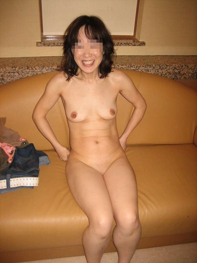 スレンダー熟女の全裸 14