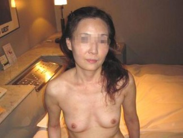 スレンダー熟女の全裸 15