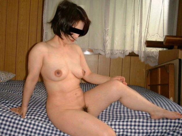 自宅で撮影された人妻ヌード 3