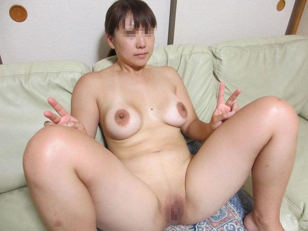自宅で撮影された人妻ヌード 4