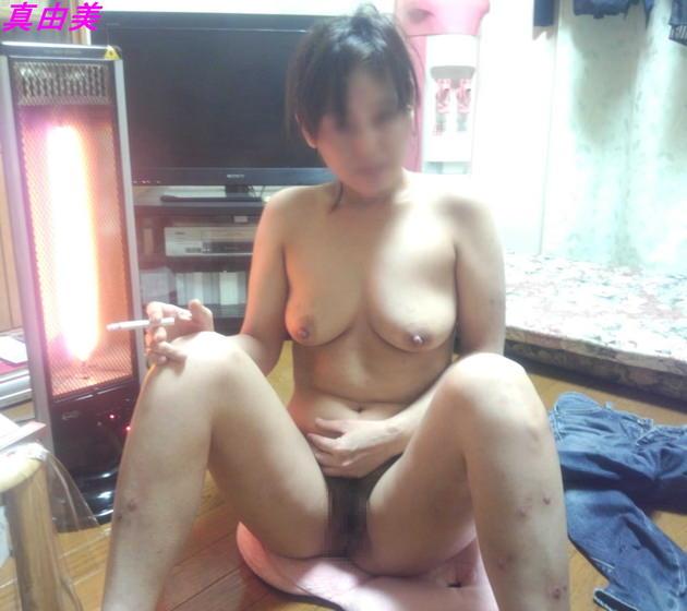 自宅で撮影された人妻ヌード 5