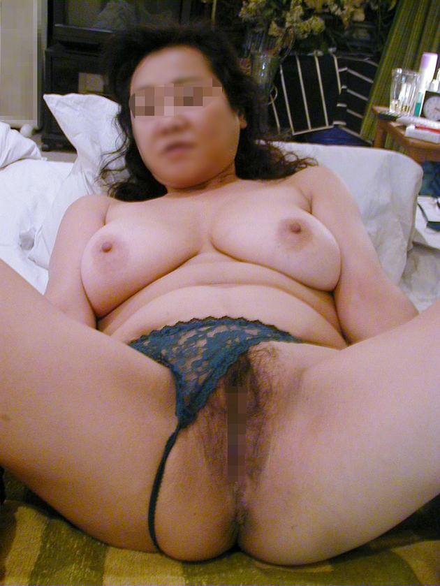 自宅で撮影された人妻ヌード 6