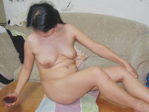 自宅で撮影された人妻ヌード 12