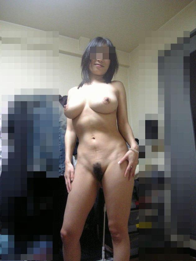 自宅で撮影された人妻ヌード 19