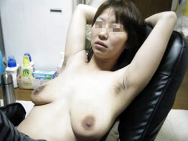 自宅で撮影された人妻ヌード 20