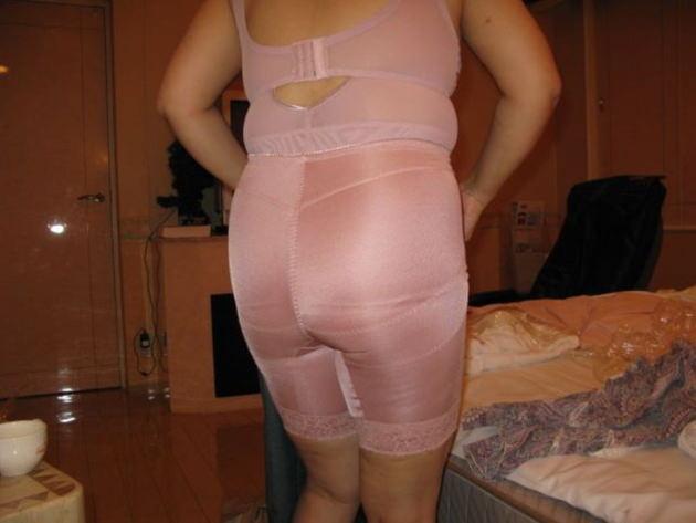 熟女の補正下着姿 28