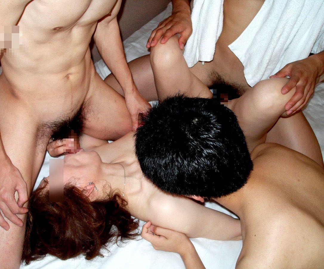 【熟女乱交】素人の人妻・熟女が乱れまくりの大乱交 画像21枚