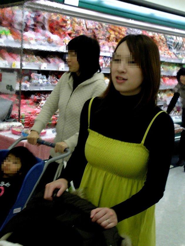 子連れママの着衣巨乳 3