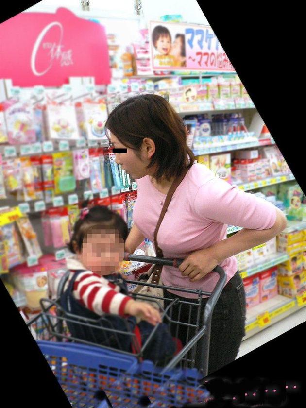 子連れママの着衣巨乳 16