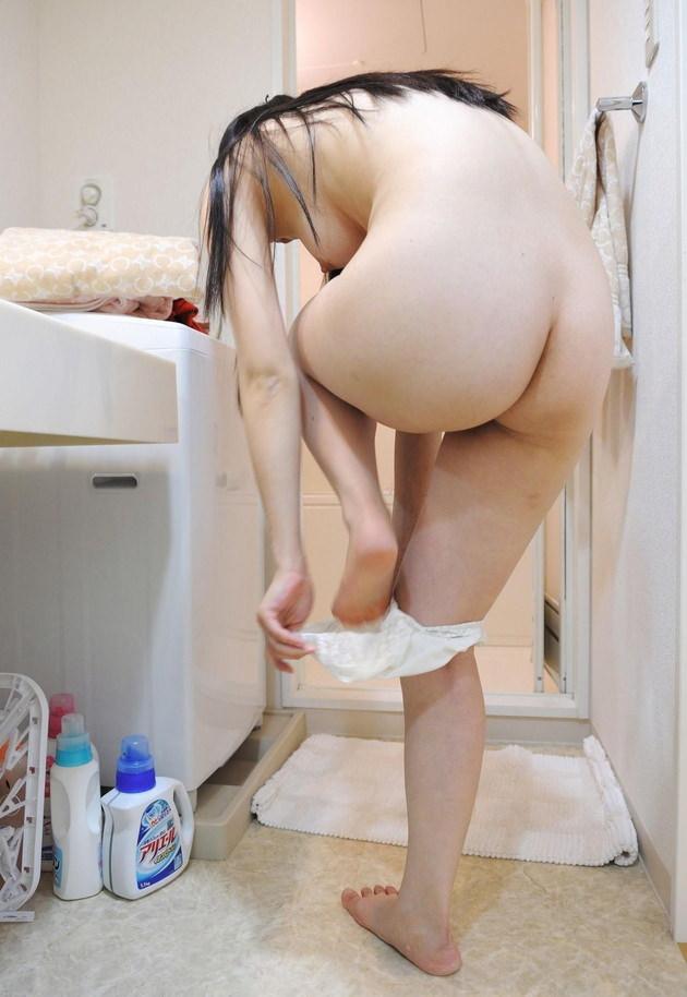 家庭内でさりげなく撮った着替え中の彼女を晒す男wwwww