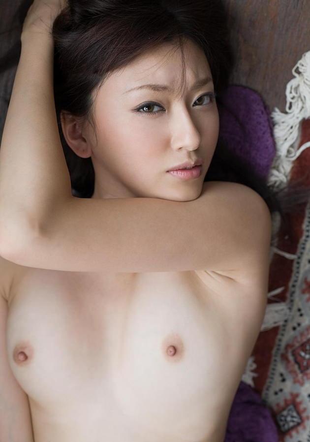 小さい乳首の美巨乳 24