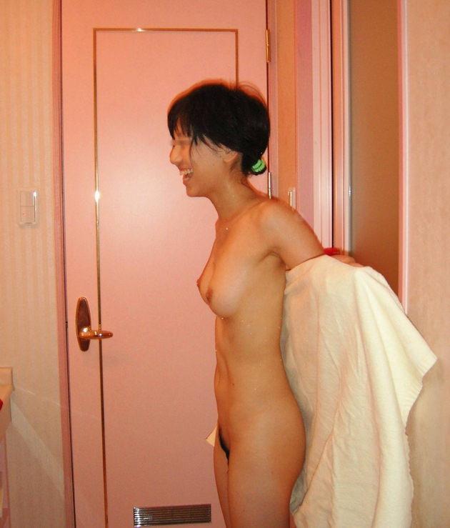 流出した素人の笑顔の全裸ヌード 13
