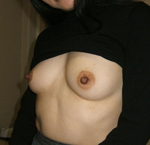 熟女の勃起乳首 27