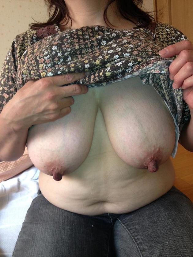 熟女の勃起乳首 28