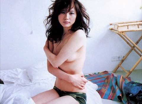 (ぬーど写真)三浦理恵子のチクビ丸出しぬーどがえろ過ぎるwwwwww乳房を放り出した元あいどるwwwwww