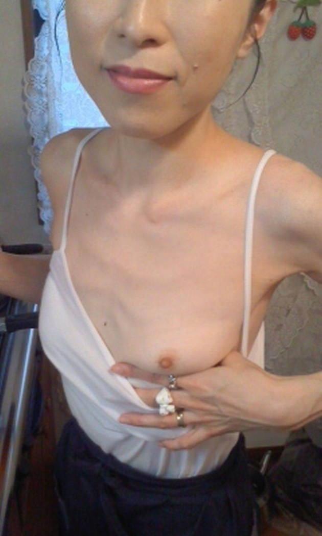 素人熟女の貧乳 12