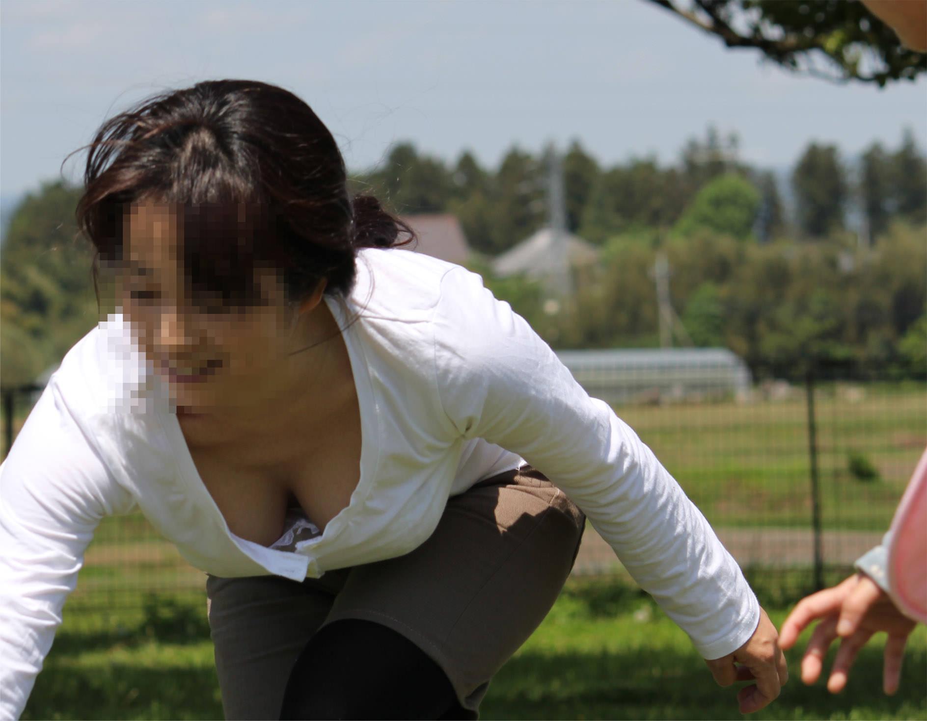 ヒトヅマ胸チラ写真☆若妻のドすけべすぎる胸元がマル見え☆(43枚)