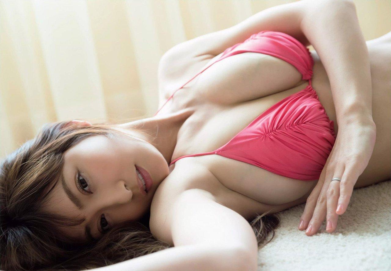 【画像】巨乳が垂れた熊田曜子(37)のグラビアショット、まだイケるwwwwwwwwww