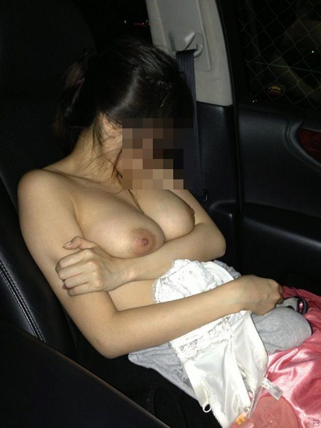 車内でおっぱい露出 11