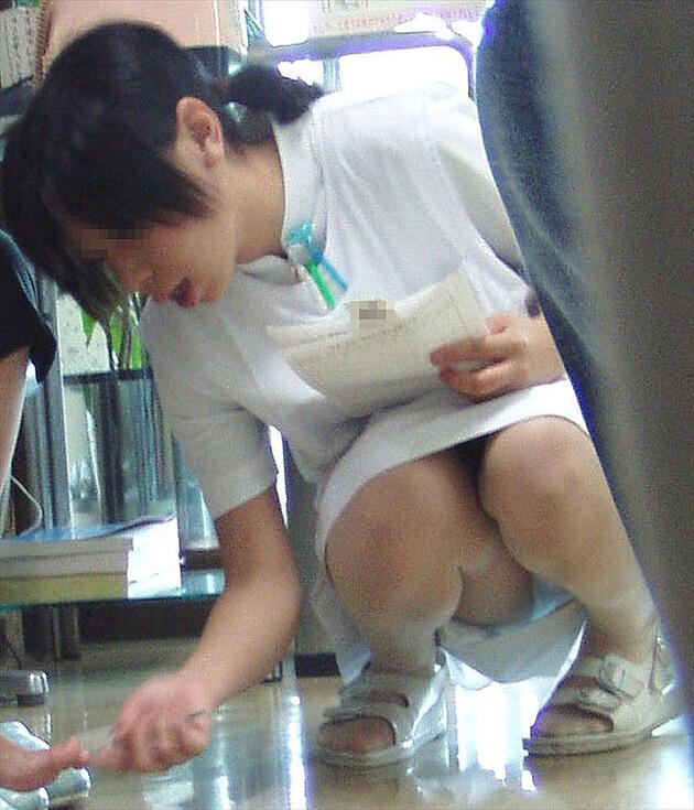 働くお姉さんの座りパンチラ 7