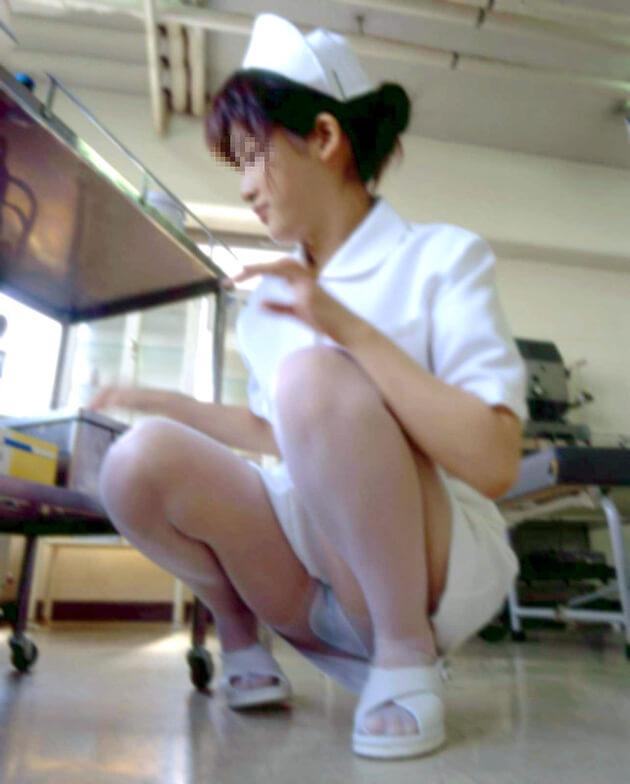 働くお姉さんの座りパンチラ 15