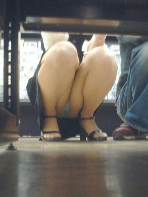 働くお姉さんの座りパンチラ 27