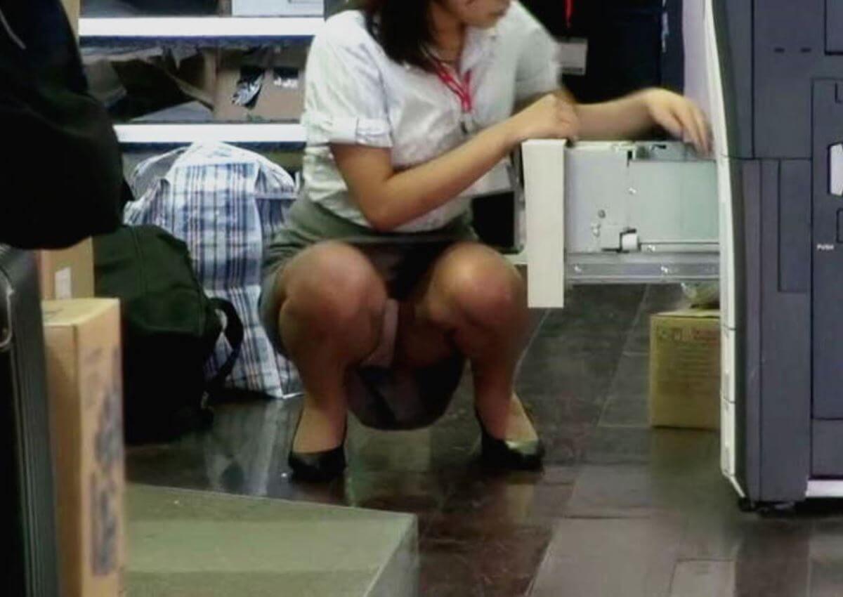 働くお姉さんの座りパンチラ
