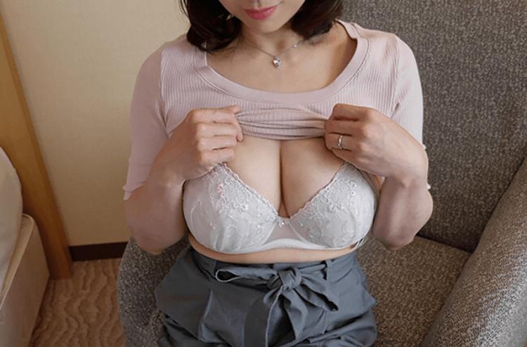 【画像】この50代アラフィフ巨乳熟女の体が全然イけると話題にwwww