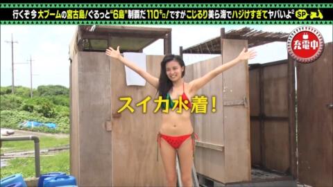 【ポロリ】小島瑠璃子、一般プールで晒したピンク乳首が大勢に見られていた…最新ビキニでも尻肉はみ出し…