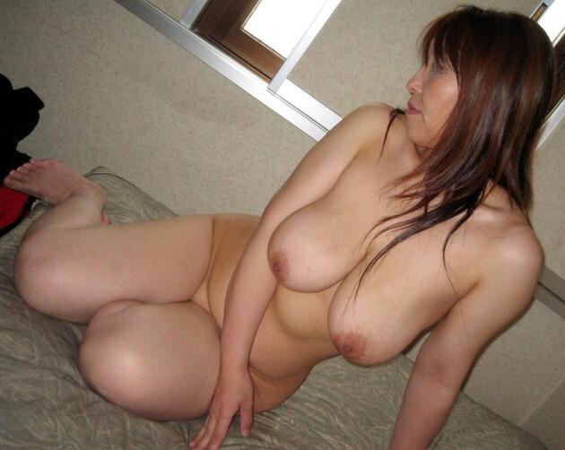 ぽっちゃり熟女の全裸ヌード 17