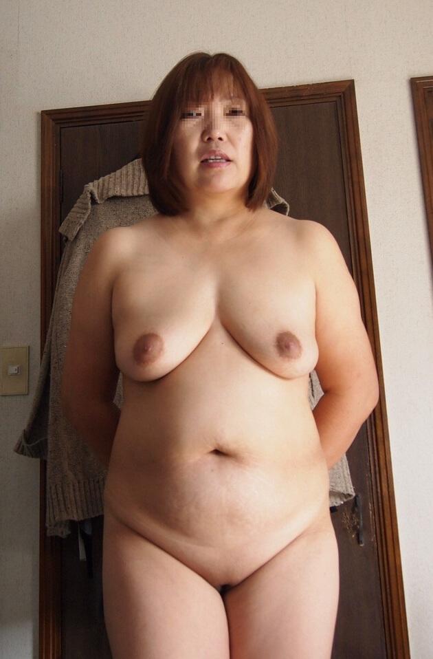 ぽっちゃり熟女の全裸ヌード 22