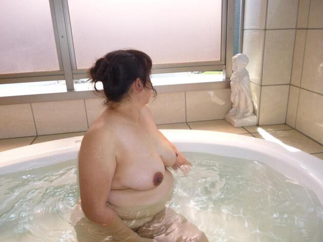 ぽっちゃり熟女の全裸ヌード 29