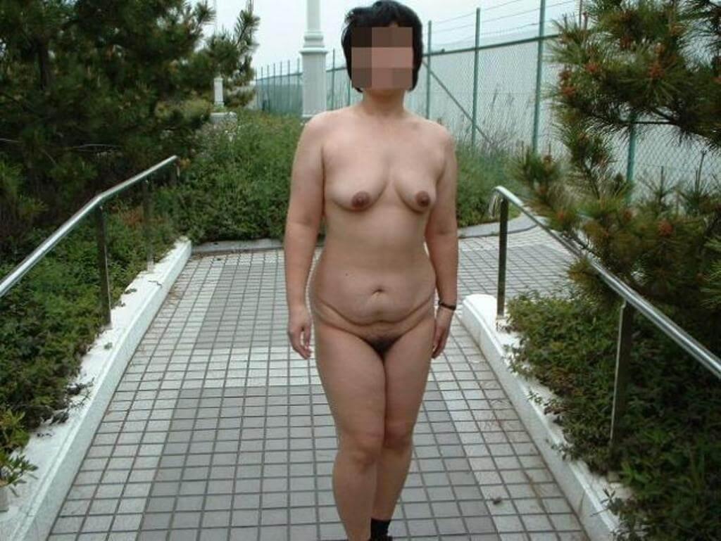 【熟女露出】野外露出が性癖な変態素人熟女たち・・・ 画像60枚