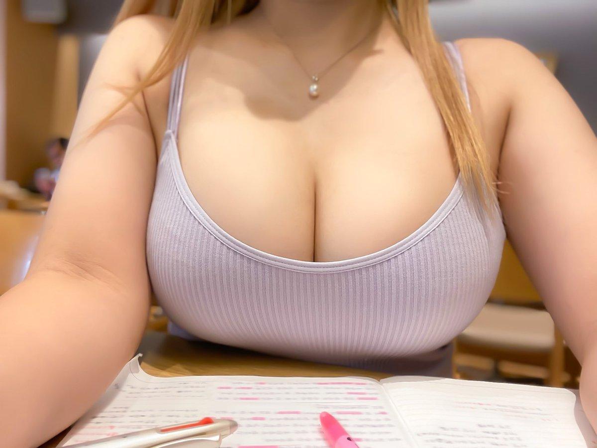 【画像】巨乳ちゃん、めちゃくちゃエロい格好で喫茶店で勉強 1.2万いいね