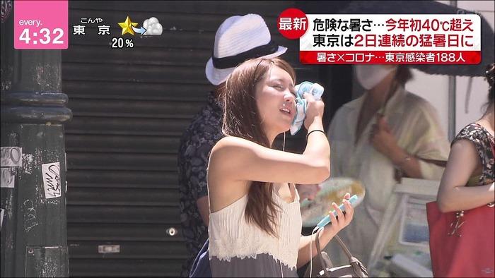 【画像】日テレのニュースで美人OLの乳首が映ってしまう