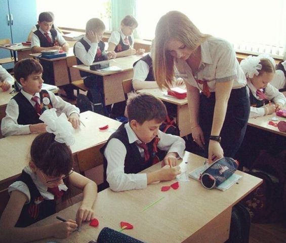 【画像】爆乳ロシア人教師さん、今日もおっぱいバルンバルンで保険の授業wywywywyw