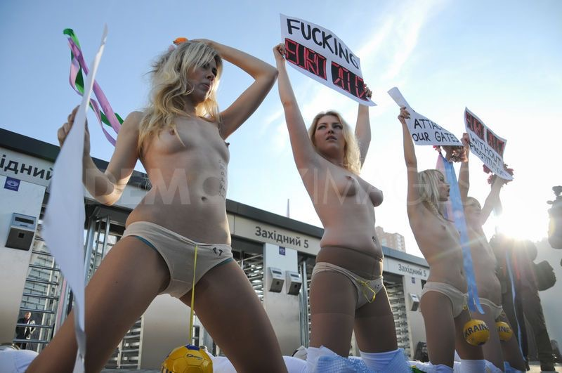 【画像】美女大国ウクライナでフェミニスト団体が爆乳おっぱい丸出しでデモを開始し警察と激突する