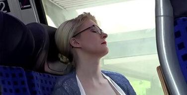 白人女さん、乳出して居眠り